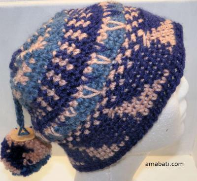 Bonnet aux dessins géométriques et pompon, par Amabati