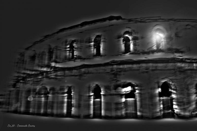Trouble passé II - Photographie surréaliste des arènes de Nîmes