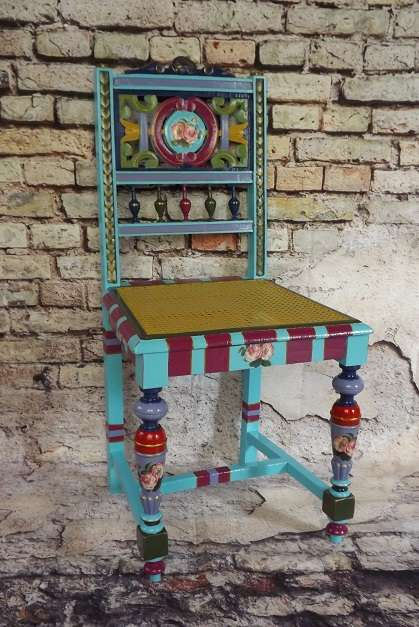 Chaise ancienne peinte. Multicolore
