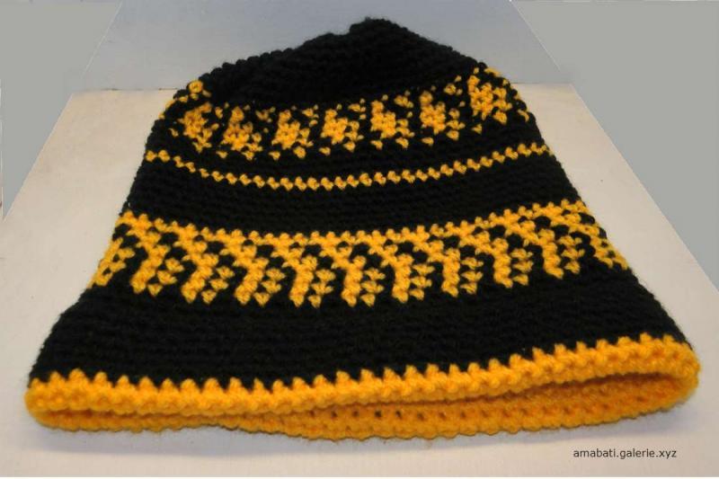 Bonnet noir et jaune par Amabati